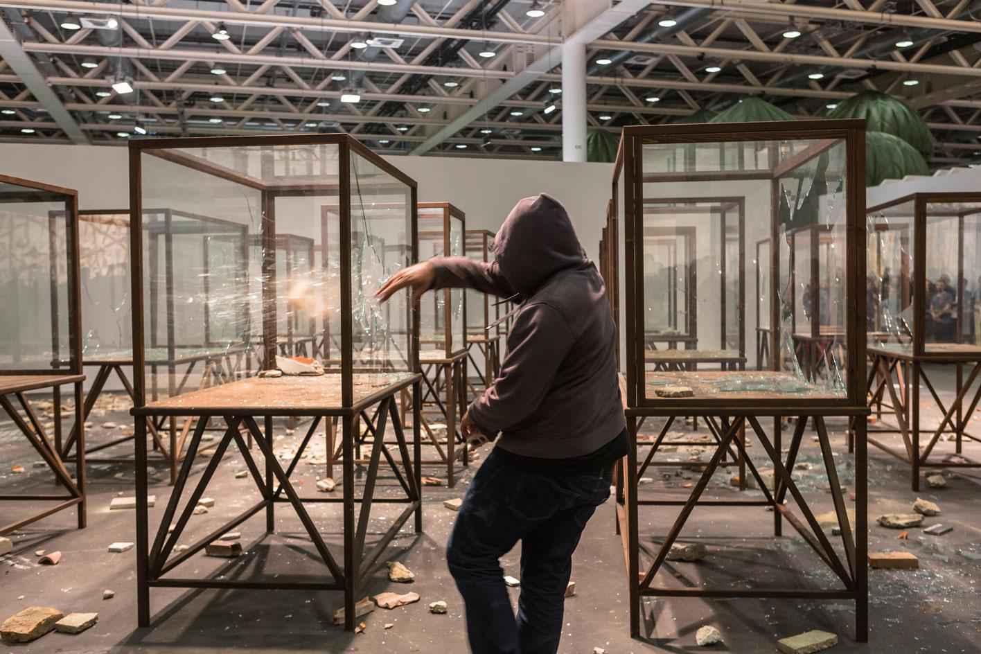 Kader Attia đã hoàn thành tác phẩm sắp đặt Mùa xuân Ả Rập (2014) của mình tại Art Basel Unlimited, 2015, Galleria Continua. © Art Basel